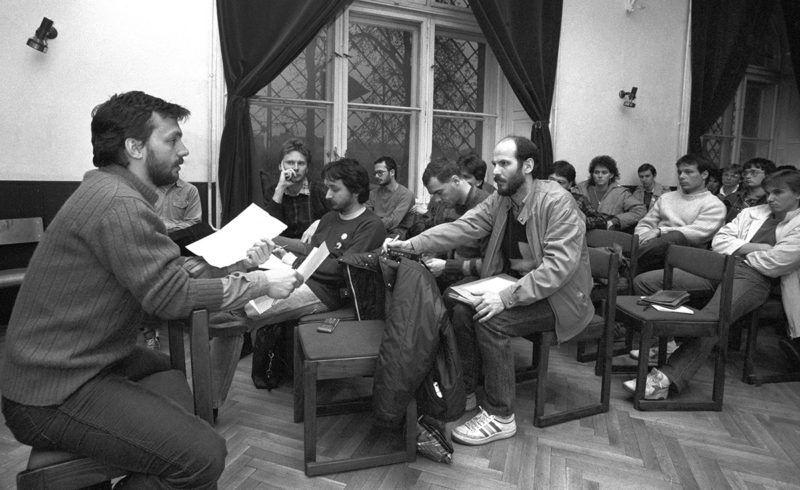 Budapest, 1989. április 3.Orbán Viktor (b) választmányi tag vitaindító beszédet tart a FIDESZ gyűlésén az I. kerületi Tanács Művelődési Házában. Vele szemben Fodor Gábor (b2), Rockenbauer Zoltán (b3) és Széchenyi Mihály, a FIDESZ Hírek főszerkesztője (k, fehér cipőben). Orbán Viktor beszéde után a tagság a FIDESZ fő politikai elképzeléseit vitatta meg. A gyűlésen elhangzott: a FIDESZ indulni kíván a választásokon, és választási programtervezetét a választmány április végén a tagság elé bocsátja. MTI Fotó: Rózsahegyi Tibor