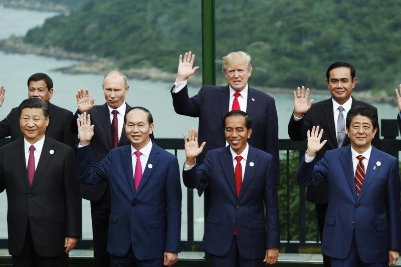 Danang, 2017. november 11.Csoportkép az Ázsiai és Csendes-óceáni Gazdasági Együttműködés (APEC) szervezete 25. csúcstalálkozójának résztvevőiről a vietnami Danangban 2017. november 11-én. Az első sorban (b-j) Hszi Csin-ping kínai, Tran Dai Quang vietnami és Joko Widodo indonéz államfő, illetve Abe Sindzó japán miniszterelnök, hátul (b-j) Rodrigo Duterte Fülöp-szigeteki, Vlagyimir Putyin orosz és Donald Trump amerikai elnök, valamint Prajuth Csan-ocsa thaiföldi miniszterelnök. (MTI/EPA/Reuters pool/Jorge Silva)