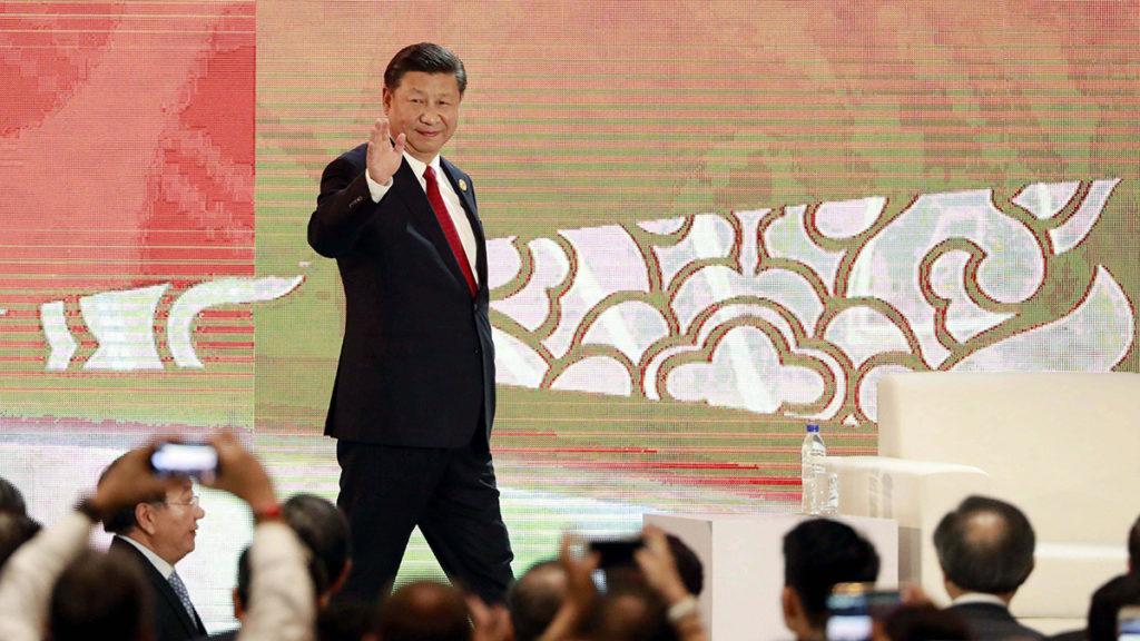 Da Nang, 2017. november 10.Hszi Csin-ping kínai elnök érkezik a beszédére az Ázsiai és Csendes-óceáni Gazdasági Együttműködés (APEC) szervezete 25. csúcstalálkozóján a vietnami Da Nangban 2017. november 10-én. (MTI/EPA pool/Nyein Chan Naing)