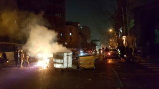En la imagen obtenida de redes sociales, protestas en Teherán, el 30 de diciembre de 2017.  REUTERS.