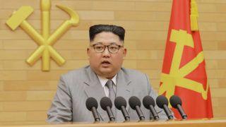 Észak-Korea, 2018. január 1.Az észak-koreai kormányzat által közreadott képen Kim Dzsong Un elsőszámú észak-koreai vezető, a kommunista Koreai Munkapárt első titkára újévi beszédét mondja 2018. január 1-jén, meg nem nevezett helyszínen. A vízjel koreai felirata a KCNA észak-koreai hírügynökség nevét jelenti. (MTI/AP/KCNA/Korea News Service)