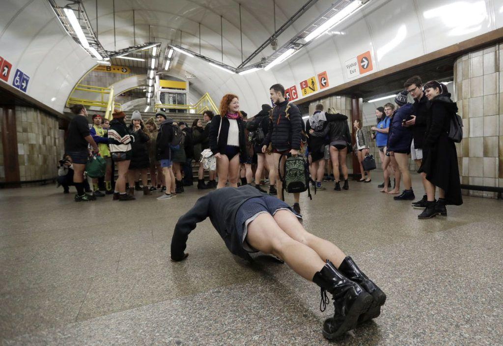 Prága, 2018. január 7.A nadrág nélküli metrózási akcióban résztvevő fiatalok a prágai metró egyik vonalán 2018. január 7-én. Az évenkénti akciót New Yorkban kezdeményezték 2002-ben és azóta világszerte több nagyvárosban követőkre talált. (MTI/AP/Petr David Josek)