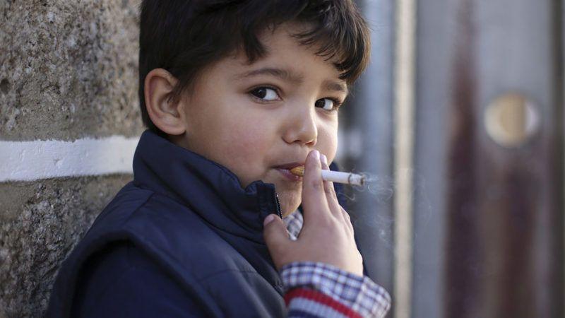 Vale de Salgueiro, 2018. január 8.A hatéves portugál Fernando dohányzik a háromkirályok, más néven a napkeleti bölcsek látogatása alkalmából tartott ünnepségen az észak-portugáliai Vale de Salgueiróban 2018. január 6-án. Az évszázados hagyomány szerint a gyerekeknek szüleik vásárolják a cigarettát és ők buzdítják őket dohányzásra, de a helyiek sem tudják valójában mit is szimbolizál ez a szokatlan tradíció. (MTI/AP/Armando Franca)
