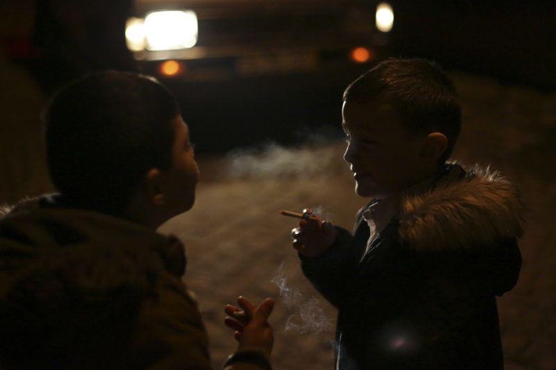 Vale de Salgueiro, 2018. január 8.Portugál gyerekek dohányoznak a háromkirályok, más néven a napkeleti bölcsek látogatása alkalmából tartott ünnepségen az észak-portugáliai Vale de Salgueiróban 2018. január 6-án. Az évszázados hagyomány szerint a gyerekeknek szüleik vásárolják a cigarettát és ők buzdítják őket dohányzásra, de a helyiek sem tudják valójában mit is szimbolizál ez a szokatlan tradíció. (MTI/AP/Armando Franca)