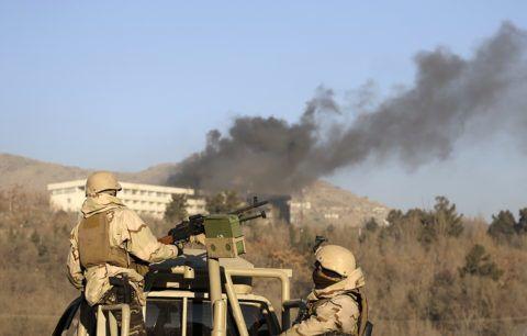 Kabul, 2018. január 21.Az afgán biztonsági erők tagjai a füstölgő Intercontinental szállodánál Kabulban 2018. január 21-én, miután az előző este három fegyveres robbantott, majd elbarikádozta magát az épületben. A merényletben hat civil, köztük egy külföldi nő életét vesztette. A biztonsági erők mindhárom támadóval végeztek. (MTI/AP/Rahmat Gul)