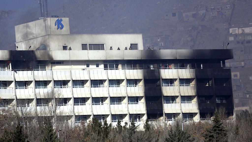 Kabul, 2018. január 21.Az afgán biztonsági erők tagjai a kabuli Intercontinental szálloda tetején 2018. január 21-én, miután az előző este három fegyveres robbantott, majd elbarikádozta magát az épületben. A merényletben hat civil, köztük egy külföldi nő életét vesztette. Az afgán biztonsági erők mindhárom támadóval végeztek. (MTI/AP/Rahmat Gul)