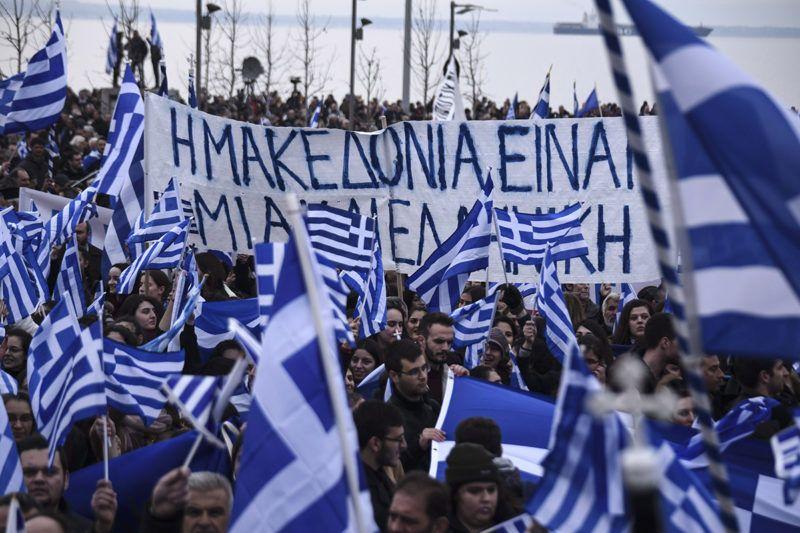 Szaloniki, 2018. január 21.Görög zászlókkal tüntetnek az észak-görögországi Macedónia tartomány fővárosában, Szalonikiben 2018. január 21-én. A több tízezres tömeg az ellen tiltakozott, hogy hivatalosan bekerüljön a szomszédos Macedónia Volt Jugoszláv Köztársaság végleges nevébe a Macedónia szó. Görögország és az egykori jugoszláv tagállam január 12-én megállapodott a névvita újratárgyalásáról. (MTI/AP/Jánisz Papanikosz)