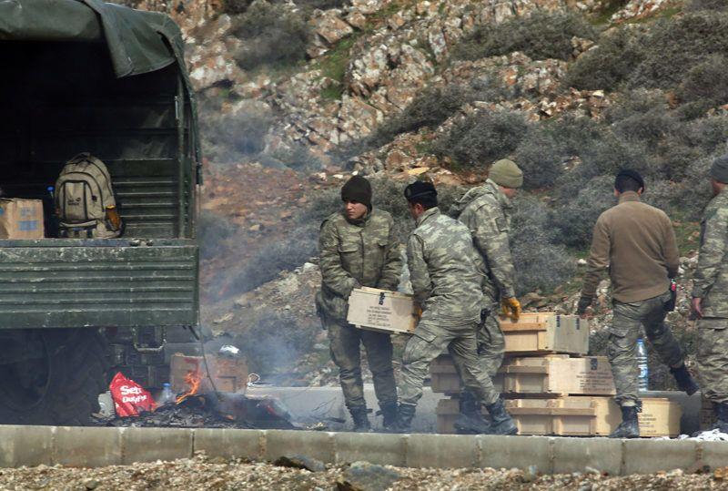 Sugedidi, 2018. január 22.Török katonák lőszeres ládákat pakolnak a hadsereg egyik teherautójára a Törökország déli részén elterülő, Szíriával határos Sugedidi falu közelében 2018. január 22-én. Törökország a hét végén offenzívát indított Afrín körzetében a Szíriai Demokratikus Erők (SDF) nevű katonai koalíció és a benne részt vevő Népvédelmi Egységek (YPG) nevű kurd milícia ellen. Utóbbit Ankara a törökországi kurd szakadár Kurdisztáni Munkáspárttal (PKK) szövetséges terrorszervezetnek tartja. A török szárazföldi csapatok oldalán harcolnak az Ankarával szövetséges mérsékelt ellenzéki Szabad Szíriai Hadsereg (SZSZH) fegyveresei is. (MTI/AP/Lefterisz Pitarakisz)