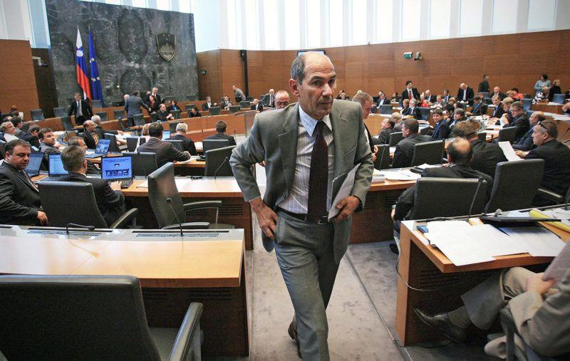 Ljubljana, 2011. szeptember 20.Janez JANSA korábbi szlovén miniszterelnök, az ellenzéki jobbközép Szlovén Demokrata Párt elnöke (középen, szürke zakóban) kimegy az ülésteremből a szlovén parlament ülésén Ljubljanában 2011. szeptember 20-án. Később bizalmi szavazást tartottak, és a törvényhozók többsége a szociáldemokrata Borut Pahor vezette kisebbségi kormány ellen voksolt. Ezután a parlamentnek 30 napja van egy új miniszterelnök megválasztására, ha ez nem sikerül új választásokat kell kiírni. Ebben az esetben először tartanának előre hozott parlamenti választásokat az 1991-ben függetlenné vált egykori jugoszláv tagköztársaságban, Szlovéniában. (MTI/EPA/Matej Druznik)