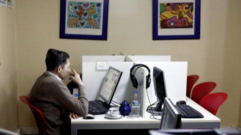 Isztambul, 2014. február 6.Internetező férfi egy isztambuli internetes kávézóban 2014. február 6-án. Az előző éjjel a török parlament elfogadta az internet ellenőrzését szigorító törvénymódosításokat. (MTI/EPA/Sedat Suna)