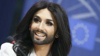 Brüsszel, 2014. október 8. Conchita Wurst, a 2014-es Eurovíziós Dalverseny osztrák gyõztese sajtótájékoztatót tart az Európai Parlament brüsszeli székházában 2014. október 8-án. (MTI/EPA/Olivier Hoslet)