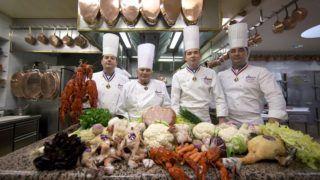 Lyon, 2016. február 10. Paul Bocuse francia mesterszakács, a francia konyhamûvészet megújítója (b2) vezetõ szakácsai, Christophe Muller francia mesterszakács (b), Gilles Reinhardt francia mesterszakács (b3) és Olivier Couvin francia mesterszakács (b4) társaságában három Michelin-csillagos lyoni étterme, a L'Auberge du Pont de Collonges konyhájában 2016. február 10-én, a 90. születésnapjának elõestéjén. Az étterem 1965 óta megszakítás nélkül minden évben kiérdemelte a három Michelin-csillagot. (MTI/EPA/Ian Langsdon)