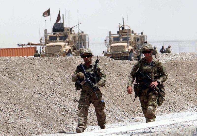 Kandahár, 2017. augusztus 2.Amerikai katonák biztosítanak egy utat a dél-afganisztáni Kandahárban 2017. augusztus 2-án, miután öngyilkos merénylő támadt egy amerikai katonai gépjárműoszlopra Daman körzet Sor Andam-i területén az országúton. Az áldozatok száma nem ismert. (MTI/EPA/Muhamad Szadik)