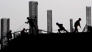 Jakarta, 2017. november 21.Indonéz munkások dolgoznak egy építkezésen a fővárosban, Jakartában 2017. november 21-én. (MTI/EPA/Adi Weda)