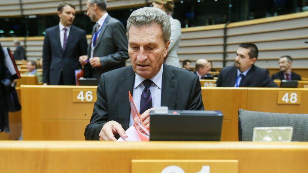 Brüsszel, 2017. november 29. Günther Oettinger, az EU költségvetési biztosa az Európai Parlament (EP) brüsszeli üléstermében a plenáris ülés kezdetén 2017. november 29-én. (MTI/EPA/Stephanie Lecocq)