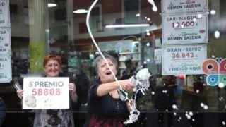 Bilbao, 2017. december 22. Az ötödik legértékesebb nyeremények egyikét érõ szelvényt értékesítõ lottózó alkalmazottai ünnepelnek az El Gordo (A Kövér) néven emlegetett, idén 2,38 milliárd eurós össznyereményû spanyolországi karácsonyi lottó sorsolása után Bilbaóban 2017. december 22-én. A játék sajátossága, hogy egy számból sok szelvényt adnak el, így sokan lehetnek a fõdíj nyertesei, akik szelvényenként 400 ezer eurót (125 millió forint) vehetnek fel. (MTI/EPA/Luis Tejido)