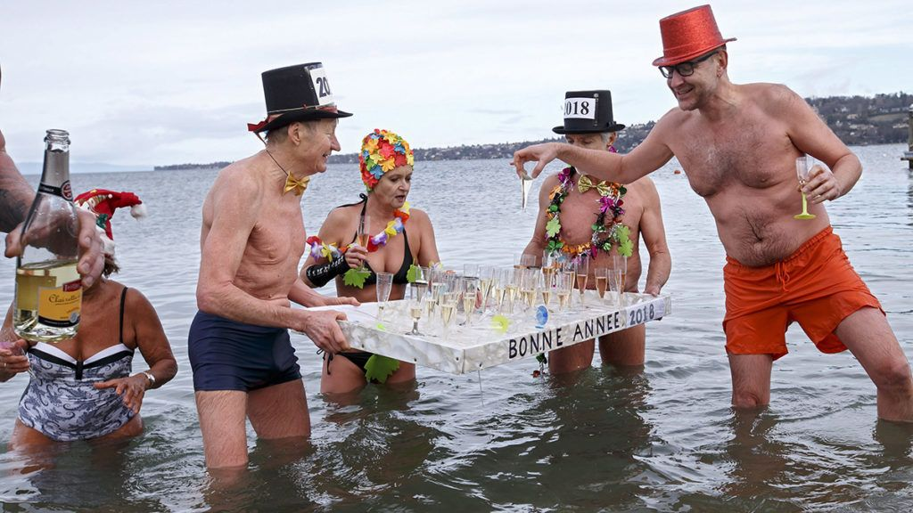 Genf, 2018. január 1.Újévi fürdőzők pezsgővel a Genfi-tóban, Genfben 2018. január 1-jén. (MTI/EPA/Salvatore Di Nolfi)