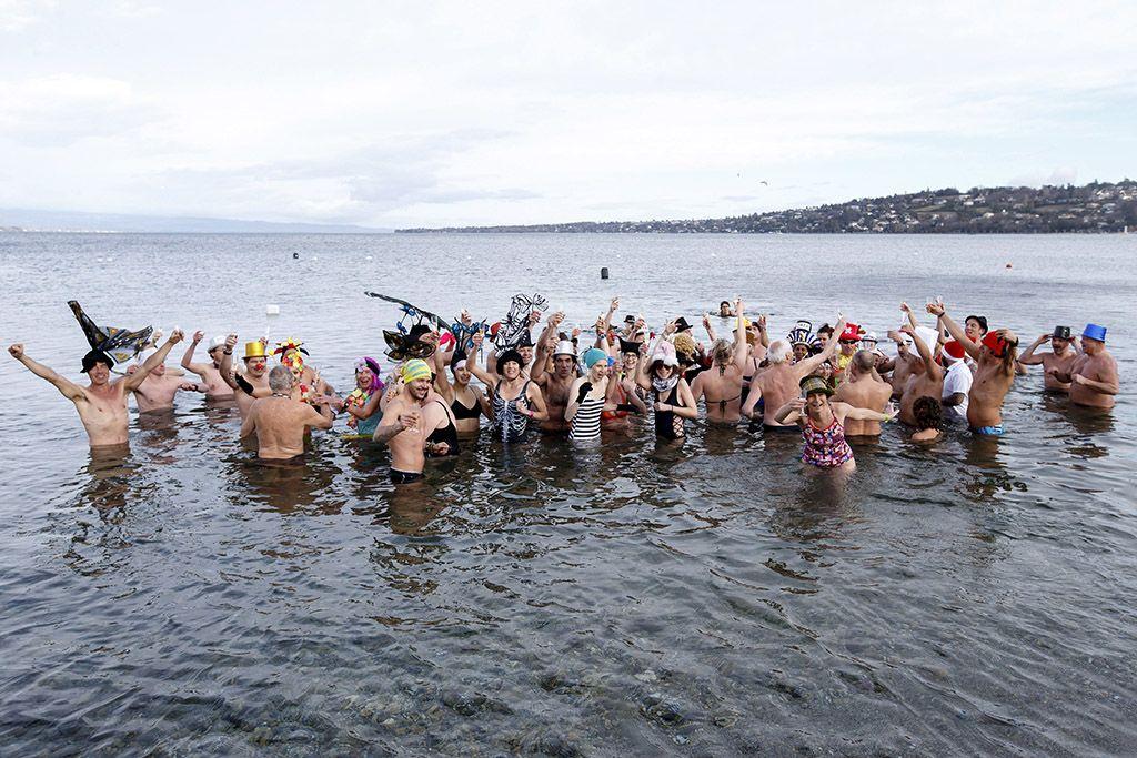 Genf, 2018. január 1.Újévi fürdőzők pezsgőspohárral a Genfi-tóban, Genfben 2018. január 1-jén. (MTI/EPA/Salvatore Di Nolfi)