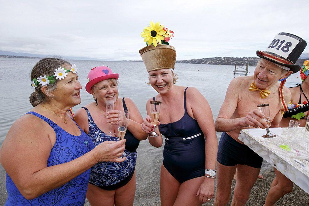 Genf, 2018. január 1.Újévi fürdőzők pezsgővel a Genfi-tó partján, Genfben 2018. január 1-jén. (MTI/EPA/Salvatore Di Nolfi)
