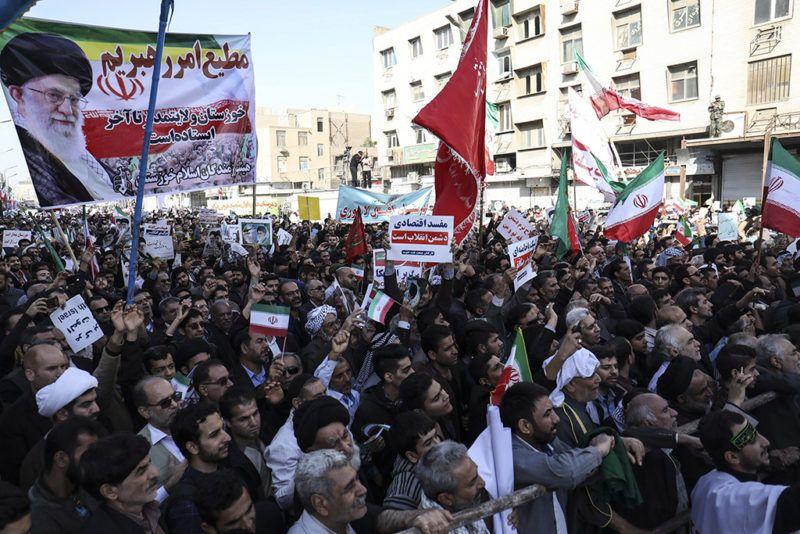 Ahváz, 2018. január 3.Irán legfőbb vallási és politikai vezetőjének, Ali Hamenei ajatolláh képét mutatják fel egy kormánypárti tüntetésen a délnyugat-iráni Ahvázban 2018. január 3-án. A tüntetők Hamenei és a síita klérus által felügyelt kormány iránti támogatásukat fejezték ki, miután az előző napokban kormányellenes tiltakozások robbantak ki több iráni városban. (MTI/EPA/Morteza Dzsaberian)