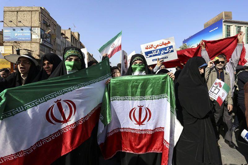 Ahváz, 2018. január 3.Kormánypárti tüntetés a délnyugat-iráni Ahvázban 2018. január 3-án. A tüntetők Hamenei és a síita klérus által felügyelt kormány iránti támogatásukat fejezték ki, miután az előző napokban kormányellenes tiltakozások robbantak ki több iráni városban. (MTI/EPA/Morteza Dzsaberian)