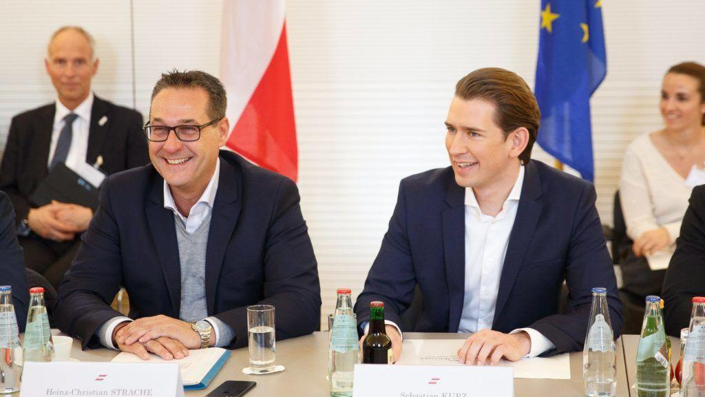Leibnitz, 2018. január 4. Sebastian Kurz osztrák kancellár, az október 15-i választásokon gyõztes Osztrák Néppárt (ÖVP) elnöke (j) és Heinz-Christian Strache, alkancellár és sportminiszter, az Osztrák Szabadságpárt (FPÖ) elnöke a koalíciós kormány elsõ munkaülésén a stájerországi Leibnitznél levõ Seggau-kastélyban 2018. január 4-én. (MTI/EPA/Florian Wieser)
