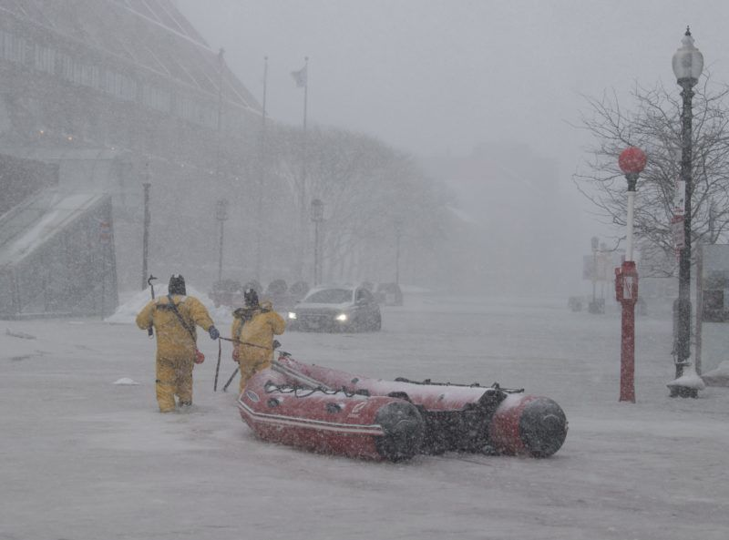New York, 2018. január 4. Jármûvében rekedt férfi segítségére sietnek tûzoltók a jeges vízzel elárasztott utcák egyikén a massachusettsi Bostonban 2018. január 4-én. Az Egyesült Államokban utoljára egy évszázada tapasztalt hideghullám fõként az ország középnyugati részét és a keleti partvidéket sújtja. A tartósan fagypont alatti hõmérséklet eddig tizenegy halálos áldozatot szedett Wisconsin, Észak-Dakota, Missouri és Texas szövetségi államokban. (MTI/EPA/John Cetrino)