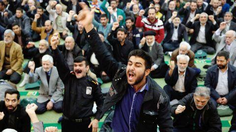 Teherán, 2018. január 5.Iráni férfiak kormányellenes tüntetőket, az Egyesült Államokat és Izraelt elítélő jelszavakat skandálnak a pénteki ima után a teheráni Homeini Moszalla mecsetben 2018. január 5-én. A közel-keleti országban 2017. december 28-a óta utcai megmozdulások zajlanak a magas árak, az iszlám köztársaság kormánya és az országot az 1979. évi iszlám forradalom óta irányító vallási elit ellen.  (MTI/EPA/Abedin Taherkenareh)