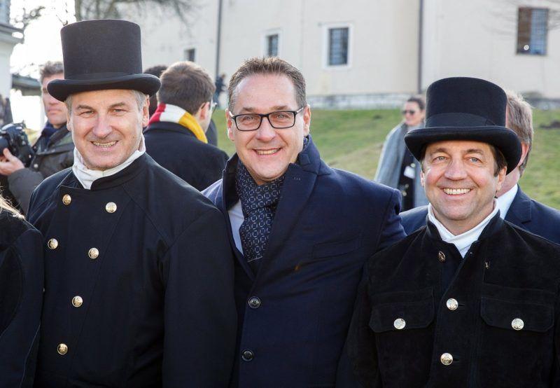 Leibnitz, 2018. január 5. Heinz-Christian Strache alkancellár, az Osztrák Szabadságpárt (FPÖ) elnöke (k) kéményseprõk között az új osztrák kormány elsõ ülése után a stájerországi Leibnitz Seggau-kastélyában 2018. január 5-én. (MTI/EPA/Florian Wieser)