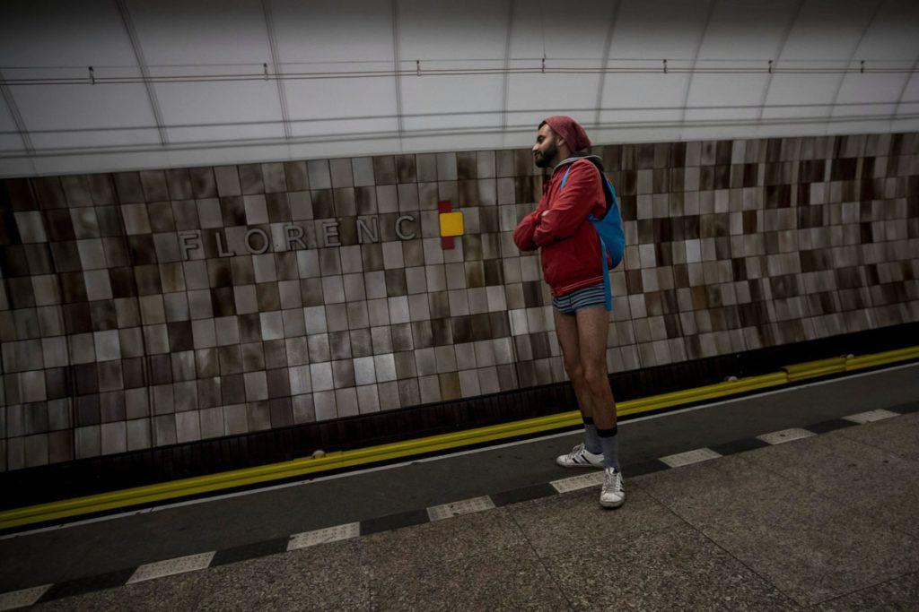 Prága, 2018. január 7.A nadrág nélküli metrózási akcióban résztvevő férfi a prágai metró egyik vonalán 2018. január 7-én. Az évenkénti akciót New Yorkban kezdeményezték 2002-ben és azóta világszerte több nagyvárosban követőkre talált. (MTI/EPA/Martin Divisek)