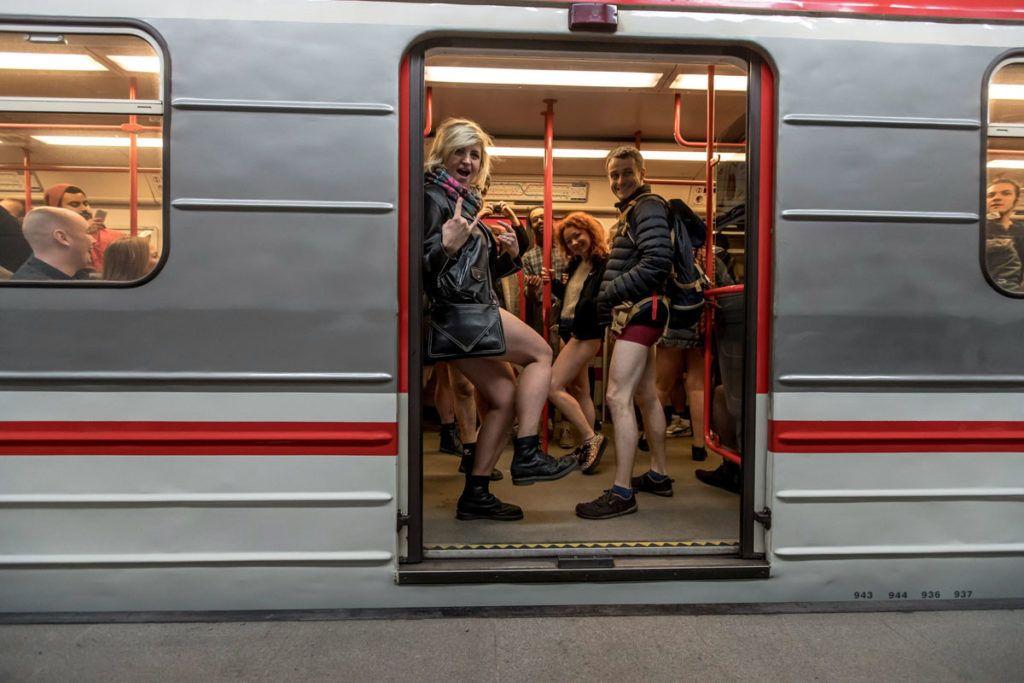 Prága, 2018. január 7.A nadrág nélküli metrózási akcióban résztvevő fiatalok a prágai metró egyik vonalán 2018. január 7-én. Az évenkénti akciót New Yorkban kezdeményezték 2002-ben és azóta világszerte több nagyvárosban követőkre talált. (MTI/EPA/Martin Divisek)