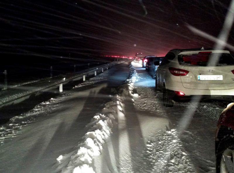 San Rafael, 2018. január 7. Jármûvek vesztegelnek a sûrû hóesésben az AP6-os autópályán, a közép-spanyolországi San Rafael közelében 2018. január 7-én. (MTI/EPA/Delfin Garcia)