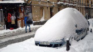 Segovia, 2018. január 7. Vastag hóval borított autó a közép-spanyolországi Segoviában 2018. január 7-én. (MTI/EPA/Pablo Martin)