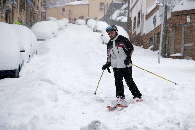 Avila, 2018. január 7. Sielõ férfi a közép-spanyolországi Avila egyik lejtõs utcáján 2018. január 7-én. (MTI/EPA/Raul Sanchidrian)