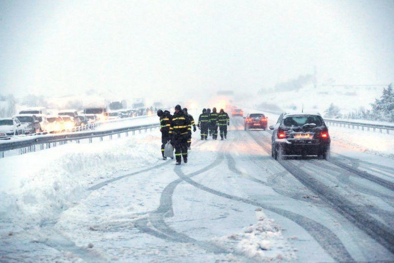 Madrid, 2018. január 7. A spanyol hadsereg vészhelyzeti alakulata (UME) által közreadott képen az alakulat tagjai dolgoznak az AP6-os országút Madrid és Segovia közötti szakaszán 2018. január 7-én. Az autópályán százak kényszerültek arra, hogy jármûvükben töltsék az egész éjszakát. A közlekedési hatóságok szerint mintegy ezer jármû továbbra is a hó foglya. (MTI/EPA/UME)