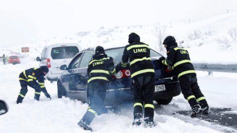 Madrid, 2018. január 7. A spanyol hadsereg vészhelyzeti alakulata (UME) által közreadott képen az alakulat tagjai egy jármûvet tolnak az AP6-os országút Madrid és Segovia közötti szakaszán 2018. január 7-én. Az autópályán százak kényszerültek arra, hogy jármûvükben töltsék az egész éjszakát. A közlekedési hatóságok szerint mintegy ezer jármû továbbra is a hó foglya. (MTI/EPA/UME)
