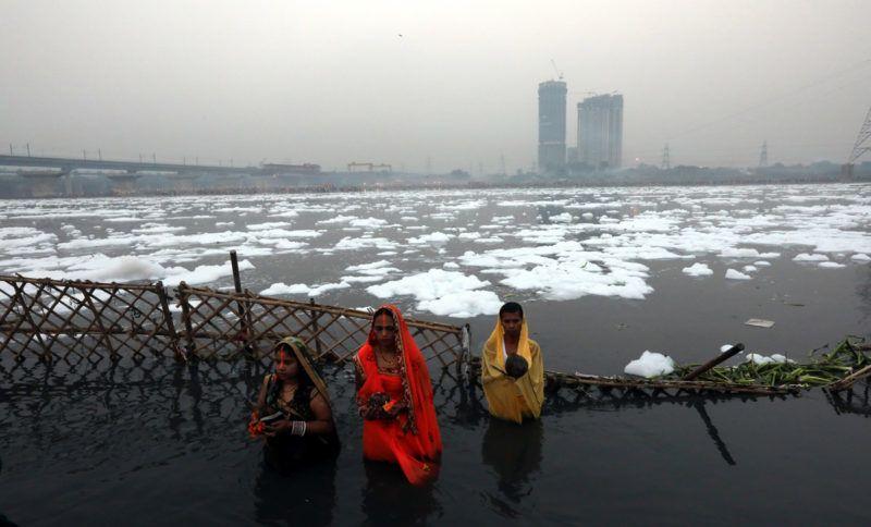 Újdelhi, 2018. január 9.A 2018. január 9-én közreadott képen a Jamuna folyó vegyszerhabbal borított vizében merítkeznek meg indiaiak a Csat Púdzsa hindu ünnep alkalmából Újdelhiben 2017. október 26-án. A Himalája Jamunotri-gleccserének kristálytiszta olvadékvizéből eredő folyó az indiai fővároson keresztül Uttar Prades szövetségi államban ömlik a Gangeszbe. Mindkét folyót vallásos tisztelet övezi, mivel a hinduk hite szerint a szent vizekben való megmártózás megszabadít a halál gyötrelmeitől. (MTI/EPA/Haris Tjagi)