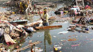 Újdelhi, 2018. január 9.A 2018. január 9-én közreadott képen a súlyosan szennyezett Jamuna folyó partján keres használható tárgyakat egy indiai férfi a Csat Púdzsa hindu ünnep végén Újdelhiben 2017. október 26-án. A Himalája Jamunotri-gleccserének kristálytiszta olvadékvizéből eredő folyó az indiai fővároson keresztül Uttar Prades szövetségi államban ömlik a Gangeszbe. Mindkét folyót vallásos tisztelet övezi, mivel a hinduk hite szerint a szent vizekben való megmártózás megszabadít a halál gyötrelmeitől. (MTI/EPA/Haris Tjagi)