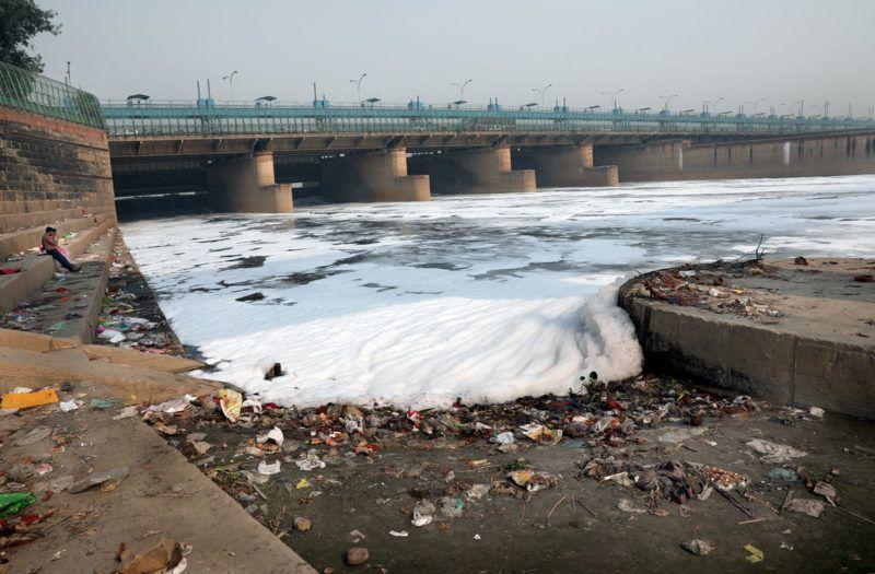 Újdelhi, 2018. január 9.A 2018. január 9-én közreadott képen vegyszerhab borítja a Jamuna folyót Újdelhiben 2017. október 24-én. A Himalája Jamunotri-gleccserének kristálytiszta olvadékvizéből eredő folyó az indiai fővároson keresztül Uttar Prades szövetségi államban ömlik a Gangeszbe. Mindkét folyót vallásos tisztelet övezi, mivel a hinduk hite szerint a szent vizekben való megmártózás megszabadít a halál gyötrelmeitől. (MTI/EPA/Haris Tjagi)