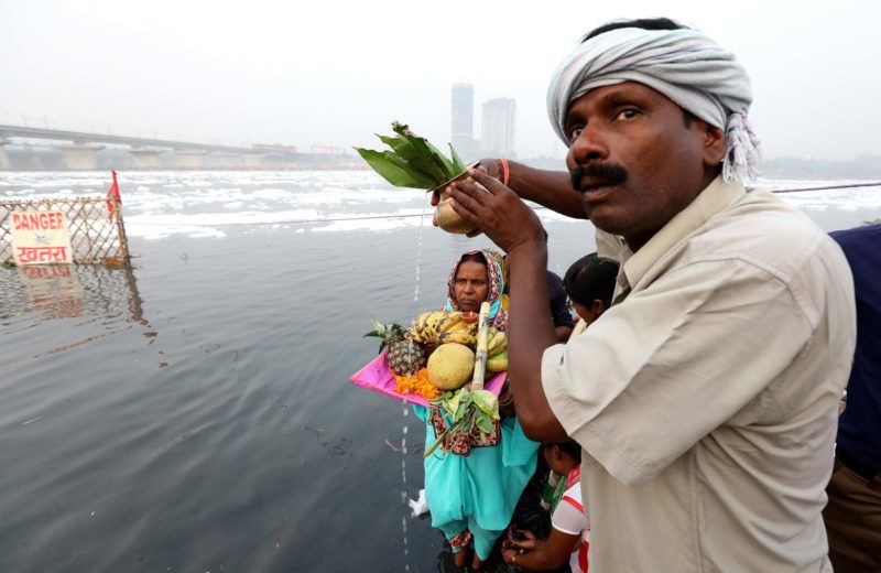 Újdelhi, 2018. január 9.A 2018. január 9-én közreadott képen a vegyszerhabbal borított Jamuna folyó partján végeznek rituálét indiaiak a Csat Púdzsa hindu ünnepen Újdelhiben 2017. október 26-án. A Himalája Jamunotri-gleccserének kristálytiszta olvadékvizéből eredő folyó az indiai fővároson keresztül Uttar Prades szövetségi államban ömlik a Gangeszbe. Mindkét folyót vallásos tisztelet övezi, mivel a hinduk hite szerint a szent vizekben való megmártózás megszabadít a halál gyötrelmeitől. (MTI/EPA/Haris Tjagi)