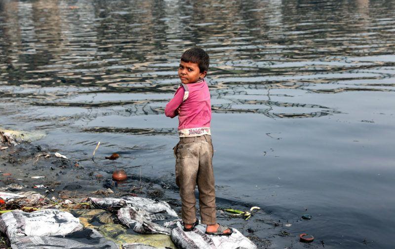 Újdelhi, 2018. január 9.A 2018. január 9-én közreadott képen indiai fiú áll a Jamuna folyó szeméttel borított partján Újdelhiben 2017. november 15-én. A Himalája Jamunotri-gleccserének kristálytiszta olvadékvizéből eredő folyó az indiai fővároson keresztül Uttar Prades szövetségi államban ömlik a Gangeszbe. Mindkét folyót vallásos tisztelet övezi, mivel a hinduk hite szerint a szent vizekben való megmártózás megszabadít a halál gyötrelmeitől. (MTI/EPA/Haris Tjagi)
