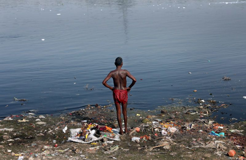 Újdelhi, 2018. január 9.A 2018. január 9-én közreadott képen indiai férfi áll a Jamuna folyó szeméttel borított partján Újdelhiben 2017. október 9-én. A Himalája Jamunotri-gleccserének kristálytiszta olvadékvizéből eredő folyó az indiai fővároson keresztül Uttar Prades szövetségi államban ömlik a Gangeszbe. Mindkét folyót vallásos tisztelet övezi, mivel a hinduk hite szerint a szent vizekben való megmártózás megszabadít a halál gyötrelmeitől. (MTI/EPA/Haris Tjagi)