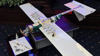 Moszkva, 2018. január 11.A szíriai orosz légi támaszpont elleni ellenzéki támadásban használt egyik drón a moszkvai védelmi minisztériumban 2018. január 11-én. Az orosz vezérkari főnökség szerint a hmejmími orosz légi támaszpontot és a tartúszi haditengerészeti műszaki ellátó központot január 6-ra virradóra 13 pilóta nélküli szerkezettel támadták meg, ezek közül tízet Hmejmím, hármat pedig Tartúsz ellen vetettek be. (MTI/EPA/Jurij Kocsetkov)