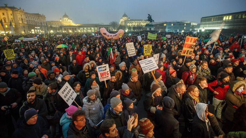 Bécs, 2018. január 13.A legutóbbi választások nyomán az Osztrák Néppárt (ÖVP) és az Osztrák Szabadságpárt (FPÖ) koalíciójával december közepén meglakult új osztrák kormány ellen tiltakoznak tüntetők Bécsben 2018. január 13-án. (MTI/EPA/Florian Wieser)