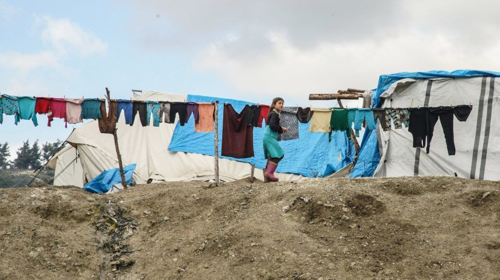 Idlíb tartomány, 2018. január 20. Száradó ruhák mellett megy el egy lány az északnyugat-szíriai Idlíb tartománybeli Khirbat al-Dzsóz menekülttáborban 2018. január 18-án. A tartomány Dzsiszr as-Sugúr városa közelében húzódó frontvonalnál élõ családok közül több mint hatezer menekült el otthonából a felkelõk és a szíriai kormány harcai elõl. (MTI/EPA/Jahja Nemah)