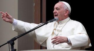 Lima, 2018. január 20. Ferenc pápa beszédet mond a híveknek a limai apostoli nunciatúra erkélyérõl 2017. január 20-án. A katolikus egyházfõ négynapos látogatáson tartózkodik Peruban. (MTI/EPA/Ernesto Arias)