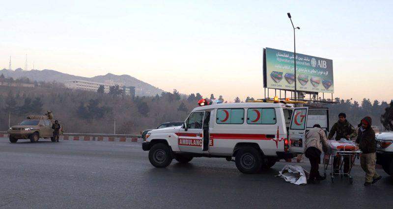Kabul, 2018. január 21.Az afgán biztonsági erők felügyelik a sebesültek elszállítását a kabuli Intercontinental szállodából (háttérben) 2018. január 21-én, miután az előző este három fegyveres robbantott, majd elbarikádozta magát az épületben. A merényletben hat civil, köztük egy külföldi nő életét vesztette. A biztonsági erők mindhárom támadóval végeztek. (MTI/EPA/Dzsavad Dzsalali)