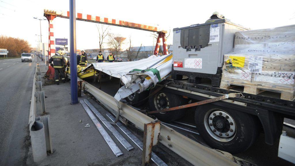 Budapest, 2018. január 29. Tûzoltók dolgoznak egy megsérült kamion mûszaki mentésén a ferihegyi gyorsforgalmi úton 2018. január 29-én. A kamion nekihajtott a magasságkorlátozó kapunak, és leszakadt a felépítménye. A balesetben senki nem sérült meg. MTI Fotó: Mihádák Zoltán
