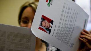 Budapest, 2012. május 30.Egy újságíró olvassa a tizenhat, elsősorban munkahelyteremtéssel kapcsolatos kérdést tartalmazó új nemzeti konzultáció kérdőívét a Miniszterelnökségen tartott sajtótájékoztatón.MTI Fotó: Illyés Tibor