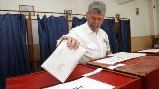Székelyudvarhely, 2012. június 10. VERESTÓY Attila, a Romániai Magyar Demokrata Szövetség (RMDSZ) szenátora leadja szavazatát az egyfordulós romániai helyhatósági választásokon Székelyudvarhelyen. A több mint 18 millió szavazásra jogosult állampolgár 45 ezer önkormányzati tisztség sorsáról dönthet, amelyekre több mint 285 ezer jelölt pályázik. (MTI/Mediafax/Balázs Attila)